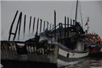 Dùng lửa khò sơn, đốt rụi tàu du lịch gần chục tỷ trên vịnh Hạ Long