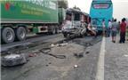 Dừng đèn đỏ xe du lịch bị xe tải đâm biến dạng, 11 người nhập viện