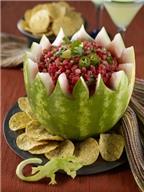 Khéo tay tỉa dưa hấu thành giỏ hoa đựng salad hấp dẫn