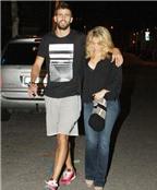 Pique ân cần chăm sóc bà bầu Shakira
