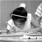Con gù vẹo cột sống khi ngồi học bàn gấp