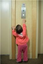Ứng xử đúng cách khi đi thang máy